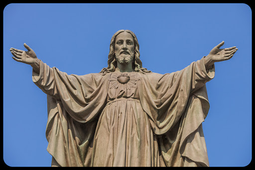 Outdoor Statue of Jesus with Open Arms © Benoit Daoust / Shutterstock - it