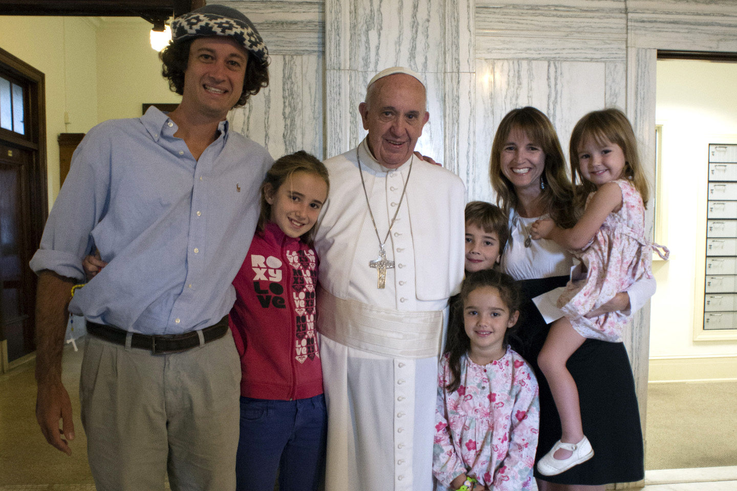 A hand out image made available by Osservatore Romano on September 27, 2015, shows Pope Francis posing with an Argentinian family in Philadelphia on September 27, 2015. AFP PHOTO / OSSERVATORE ROMANO  ==RESTRICTED TO EDITORIAL USE - MANDATORY CREDIT