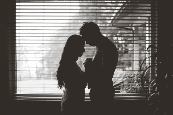 coppia prega