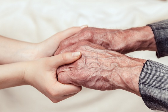 WEB OLD MAN HANDS TOUCH © Perfectlab Shutterstock