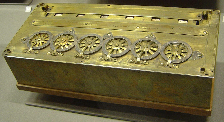 La Pascalina, una calcolatrice meccanica creata da Pascal, a base di ruote e ingranaggi. Inizialmente Pascal la chiamò macchina aritmetica.