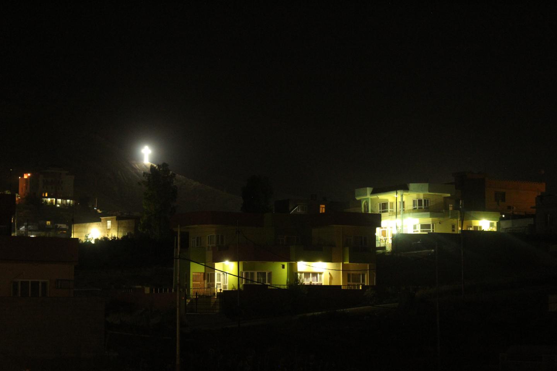 Tutte le notti illuminano grandi croci sui rilievi che circondano le loro case. © Sylvain Dorient