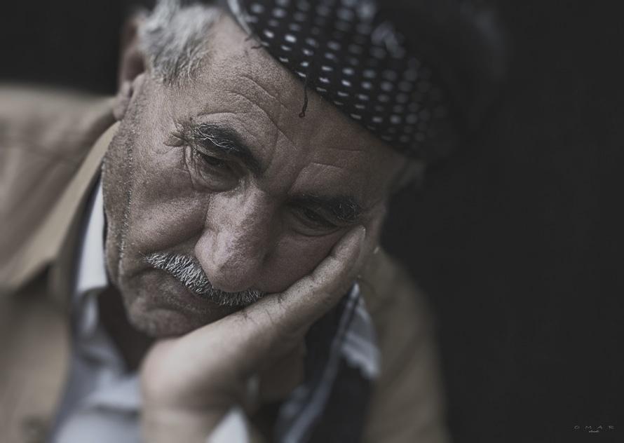 uomo anziano triste
