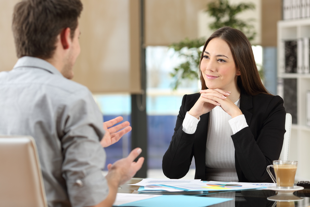 donna ascolta cliente