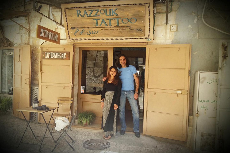 Attraversando la Porta di Jaffa, passando per la piazza principale sempre gremita, si trova il negozio di tatuaggi della famiglia Razzouk, una famiglia copta egiziana.