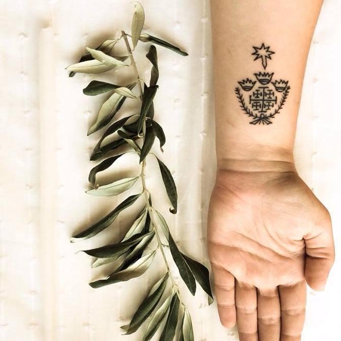 I primi a tatuarsi sono stati i cristiani nati in Terra Santa nel VI secolo, secondo le testimonianze di Procopio di Gaza, forse uno dei retori greci cristiani più importanti della Seconda Sofistica.