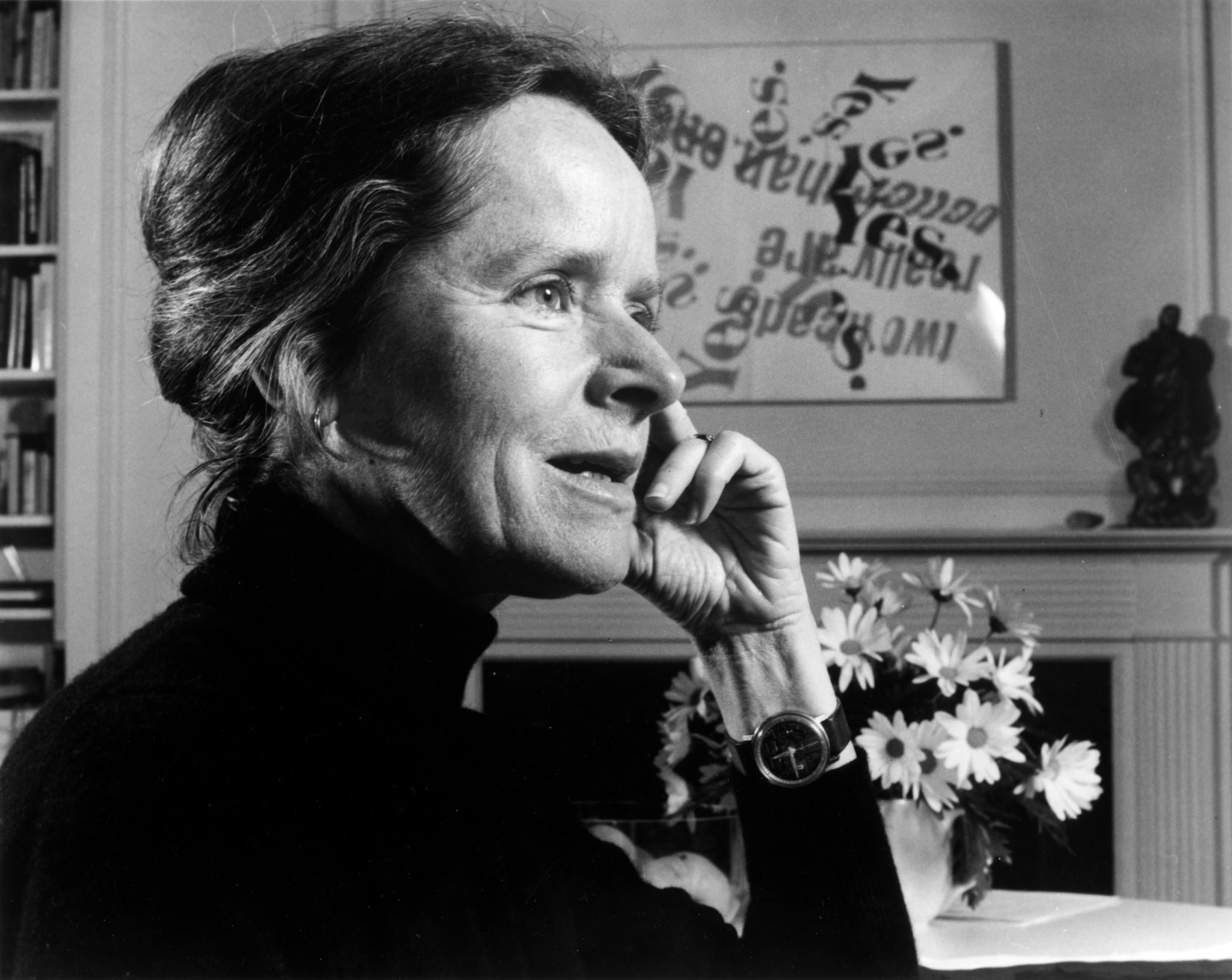 Corita Kent nel suo appartamento, c. 1970. Su gentile concessione del Corita Art Center, Comunità del Cuore Immacolato di Maria , Los Angeles
