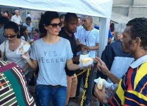 Isabella che partecipa alla distribuzione di panini ai senzatetto davanti alla cattedrale di San Paolo (foto: Instagram/Isabella Fiorentino)