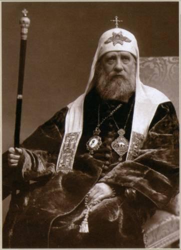 San Ticone di Mosca, Patriarca della Russia ai tempi del Terrore Rosso, salvò la Chiesa ortodossa russa dallo sterminio e dalla soppressione. Nella foto lo si vede con una corda da preghiera nella mano sinistra. Durante la preghiera, la mano destra viene tenuta libera per poter fare il segno della croce.