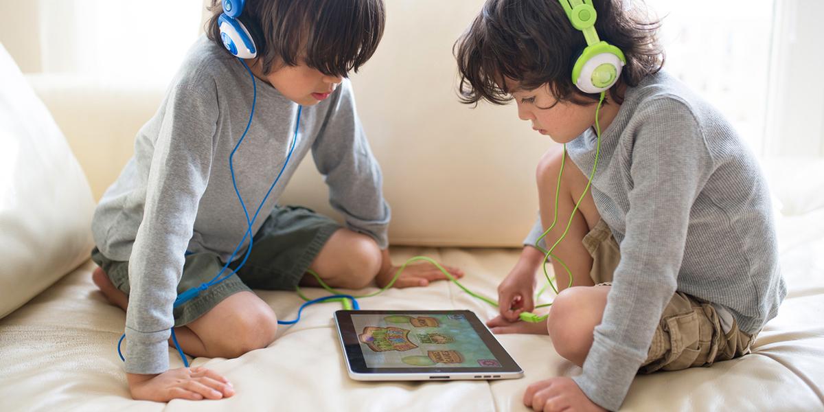 Dwaj chłopcy oglądający gry w iPadzie