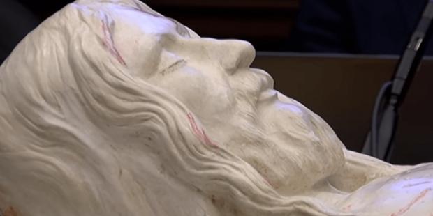 Una riproduzione scultorea del corpo di Gesù ricavata dalla Sindone