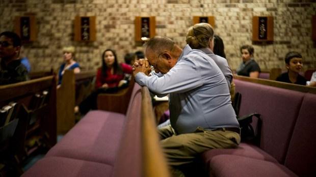 MAN,KNEELING,PRAYER