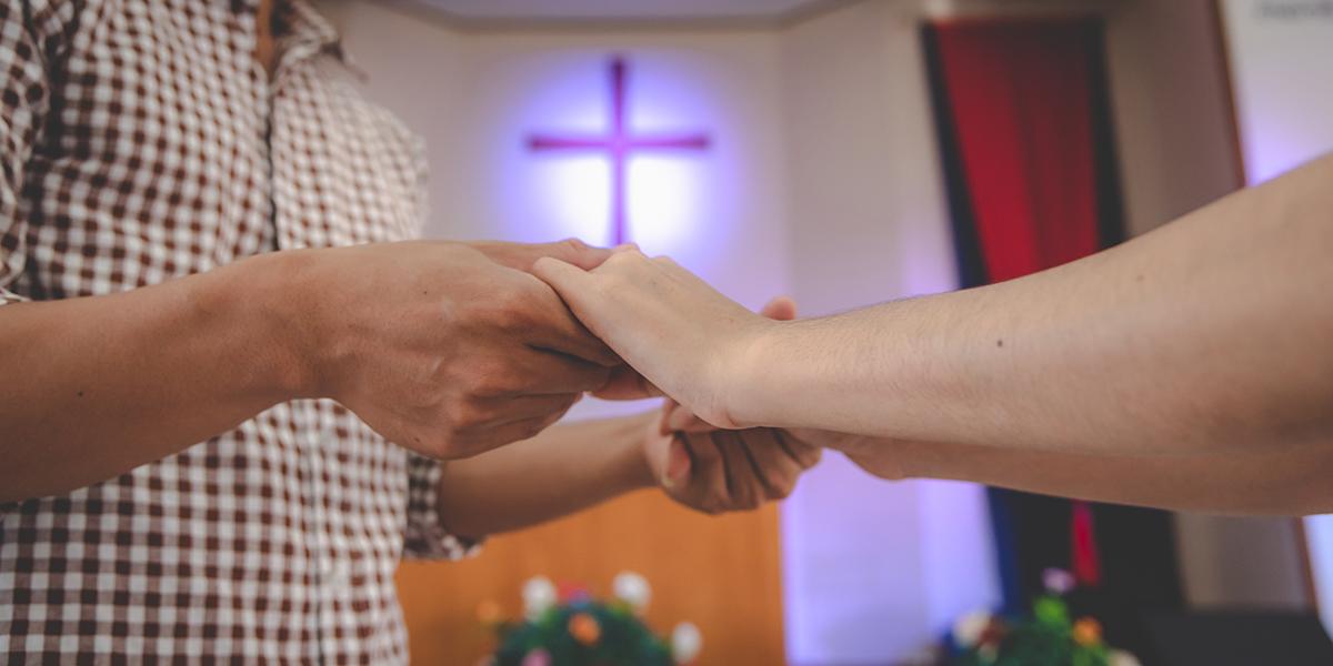 PARA TRZYMA SIĘ ZA RĘCE W KOŚCIELE