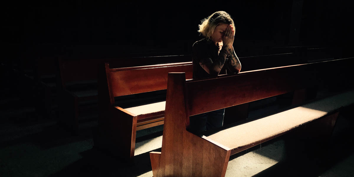 WOMAN,PRAYING,CHURCH PEW