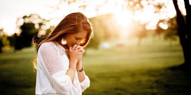 WOMAN PRAYNG