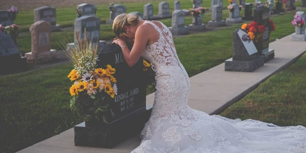 MOURNING,BRIDE,GRAVE