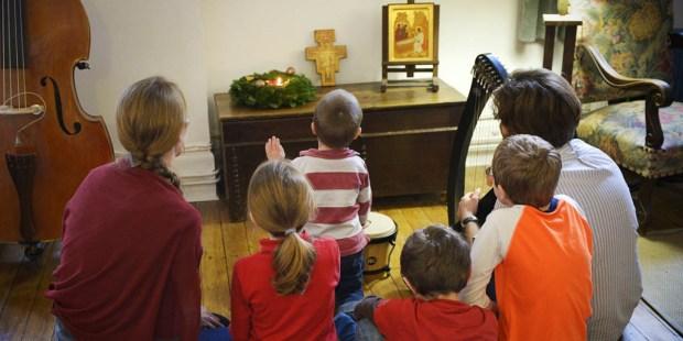 FAMILY PRAYING, ADVENT