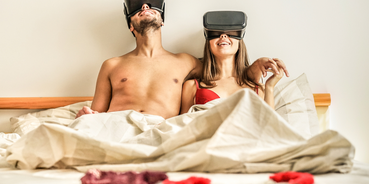 COUPLE WITH VIRTUAL VISOR