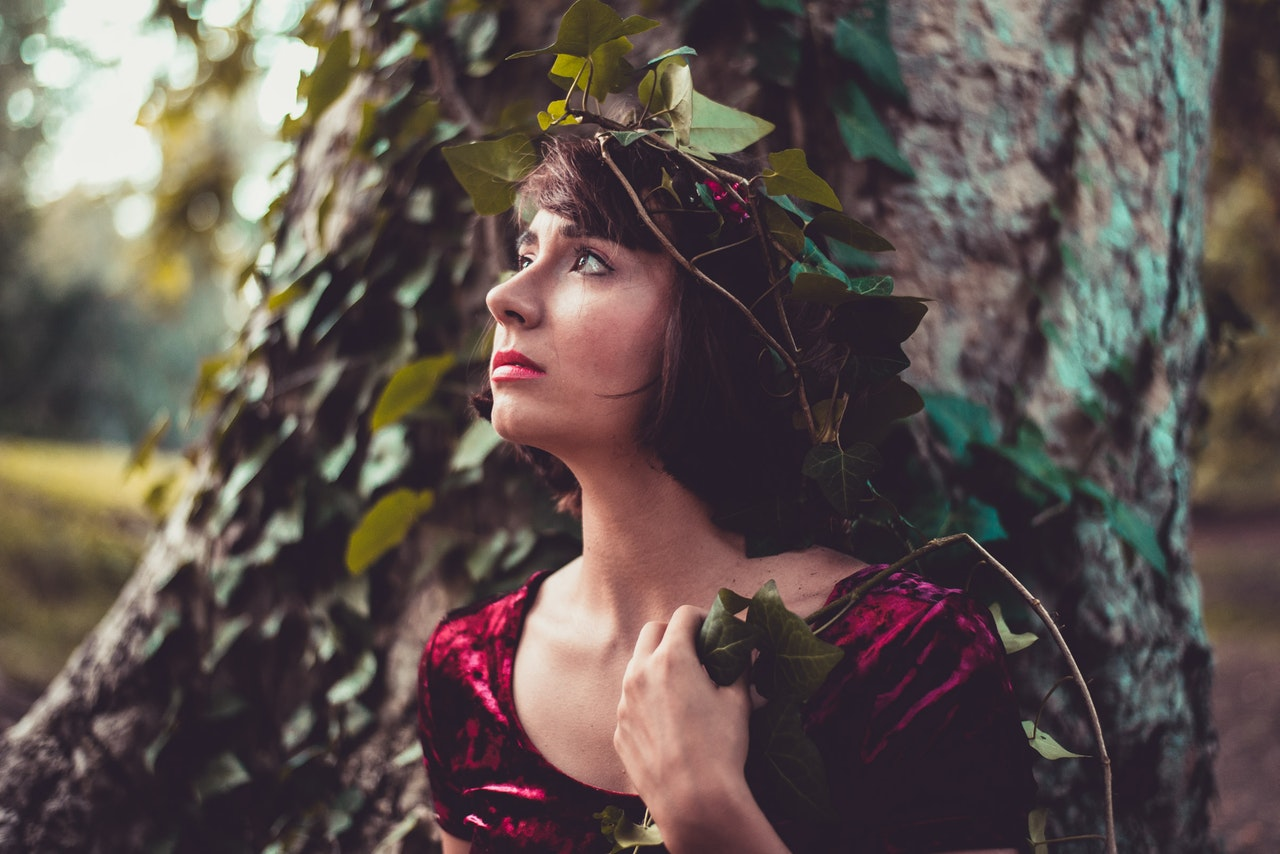 WOMAN;TREE;NATURE;