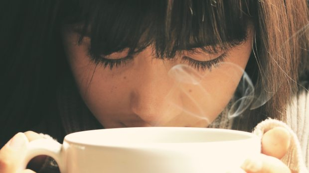 WOMAN DRINKING A COFFE