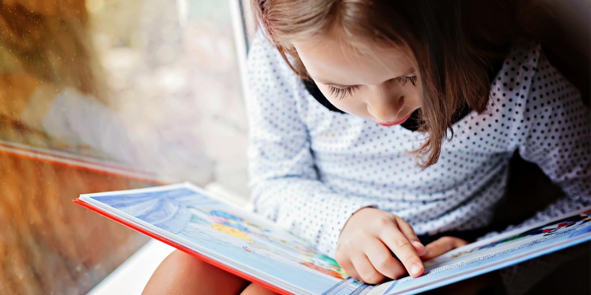 Petite fille lisant un livre
