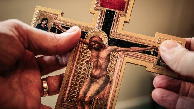 Ikona krucyfiks trzymana w ręku