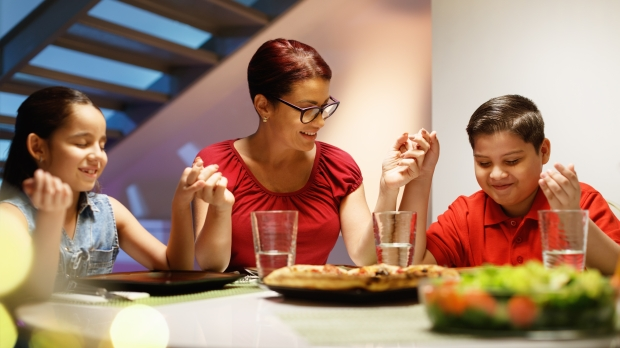 WEB-PRAY-FAMILY-DINER-TABLE-shutterstock_1026172993.jpg