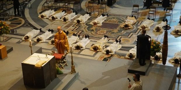 Ordinazione di sacerdoti e diaconi gesuiti nella Chiesa del Gesù.