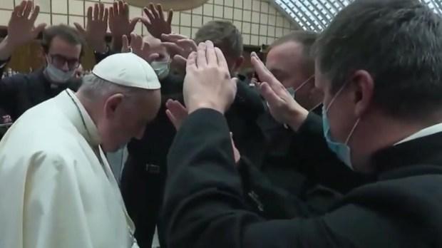 le pape François rencontre des nouveaux prêtres