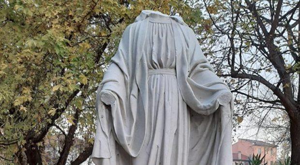 statua decapitata della Madonna