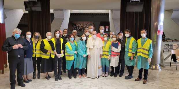 (FOTOGALLERY) Sorpresa del Papa ai senzatetto che fanno il vaccino