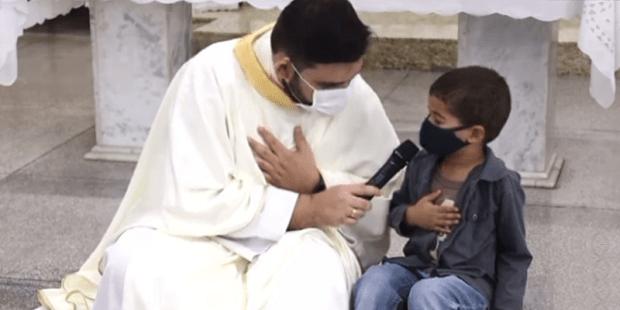 Menino de 5 anos interrompe homilia e pede orações pelo padrinho intubado