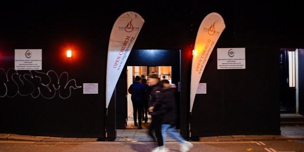 (FOTOGALLERY) Una chiesa di Londra invita i passanti a entrare di notte per incontrare Gesù