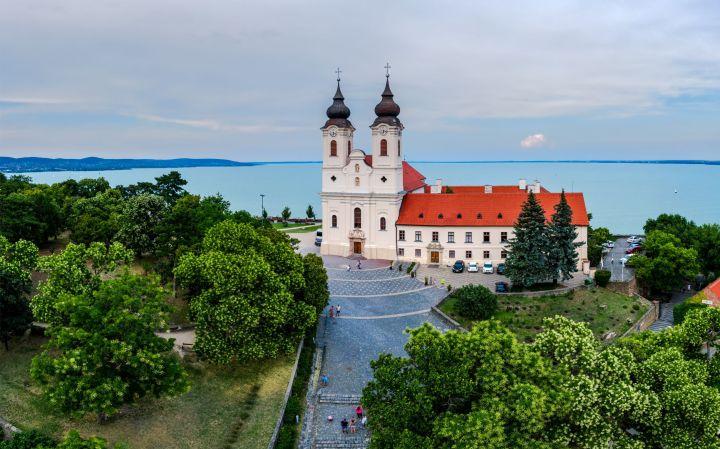 Abadía Benedictina de Tihany, en el lago al lago Balaton, joya de la espiritualidad cristiana húngara